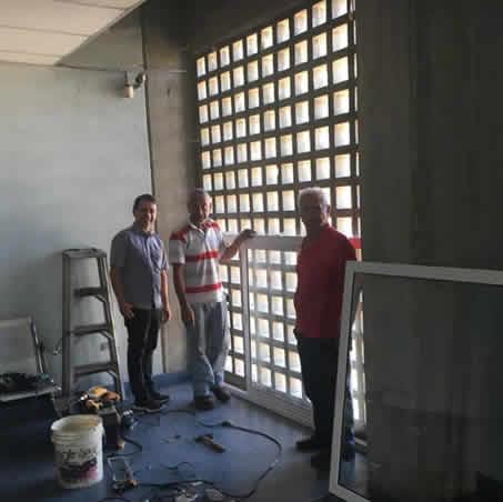 Donanción de ventanas de los amigos Vicente Ciccola y Diomar Castellanos