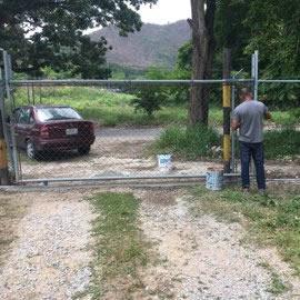 Reparación del portón gracias a los amigos Vicente y Dario Ciccola